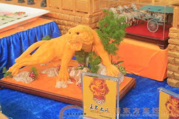 猛虎本身是由南瓜作为雕塑材料,脚下的山是由芋头雕塑而成,如果